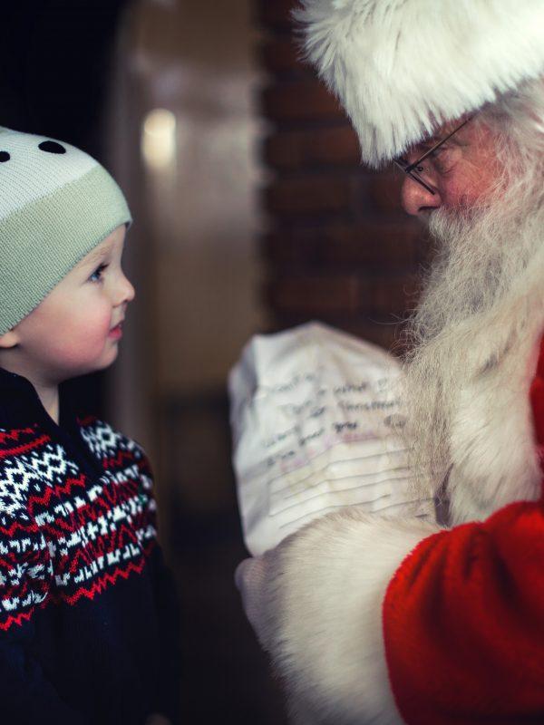 Copil, Moș Crăciun, cadou