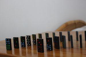 domino, bani, criza, covid